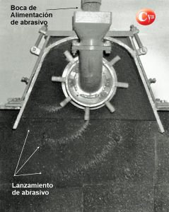 turbina-de-granallado-arrojando-granalla-cym-2
